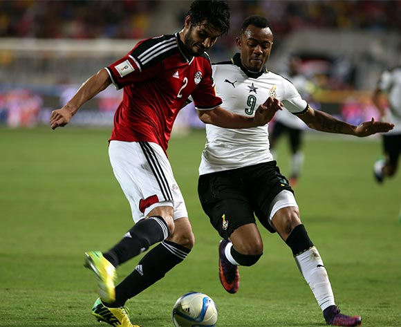 epa05630332 Ali Gabr of Egypt  (L) in action against Jordan Ayew of Ghana during the 2018 FIFA World Cup qualifying soccer match between Egypt and Ghana at Borg Al Arab Stadium in Alexandria, Egypt, 13 November 2016.  EPA/KHALED ELFIQI