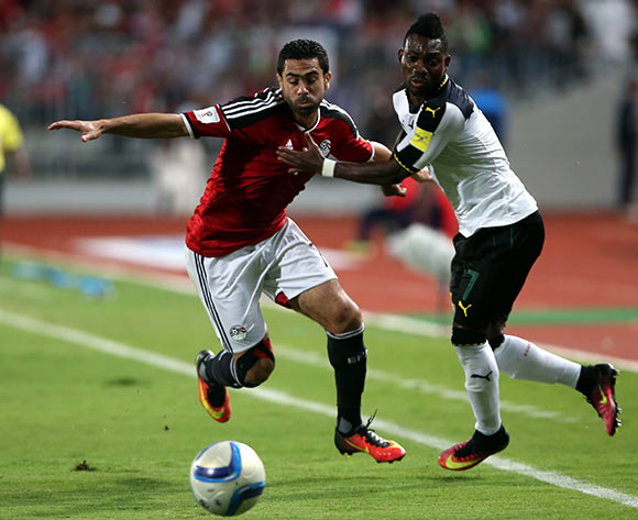 epa05630337 Ahmed Fathi of Egypt (L) in action against Christian Atsuw of Ghana during the 2018 FIFA World Cup qualifying soccer match between Egypt and Ghana at Borg Al Arab Stadium in Alexandria, Egypt, 13 November 2016.  EPA/KHALED ELFIQI