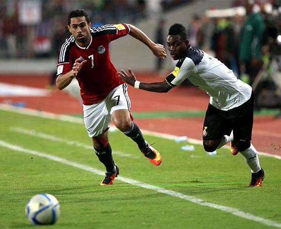 epa05630344 Ahmed Fathi of Egypt (L) in action against Christian Atsuw of Ghana during the 2018 FIFA World Cup qualifying soccer match between Egypt and Ghana at Borg Al Arab Stadium in Alexandria, Egypt, 13 November 2016.  EPA/KHALED ELFIQI