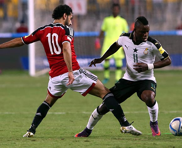 epa05630366 Mohamed Salah of Egypt  (L) in action against Wakaso Mubarak of Ghana during the 2018 FIFA World Cup qualifying soccer match between Egypt and Ghana at Borg Al Arab Stadium in Alexandria, Egypt, 13 November 2016.  EPA/KHALED ELFIQI