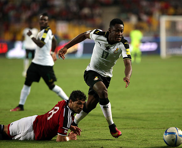 epa05630368 Tarek Hamed of Egypt (L)  in action against Baba Rahman of Ghana during the 2018 FIFA World Cup qualifying soccer match between Egypt and Ghana at Borg Al Arab Stadium in Alexandria, Egypt, 13 November 2016.  EPA/KHALED ELFIQI