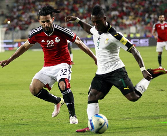 epa05630418 Basem Morsy of Egypt (L) in action against Christian Atsu  of Ghana during the 2018 FIFA World Cup qualifying soccer match between Egypt and Ghana at Borg Al Arab Stadium in Alexandria, Egypt, 13 November 2016.  EPA/KHALED ELFIQI