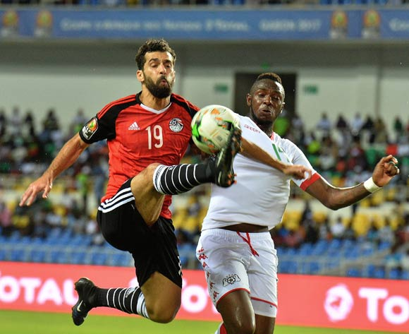 epa05765325 Abdallah El Said of Egypt (l) challenged by Issoufou Dayo of Burkina Faso (r) during the 2017 Africa Cup of Nations semi final match between Burkina Faso and Egypt at the Libreville Stadium in Gabon on 01 February 2017.  EPA/Samuel Shivambu