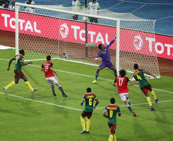 epa05773503 Mohamed Elneny of Egypt (number 17) scores a goal past Joseph Ebogo Ondoa of Cameroon during the 2017 Africa Cup of Nations final match between Egypt and Cameroon in Libreville, Gabon, 05 February 2017.  EPA/GAVIN BARKER