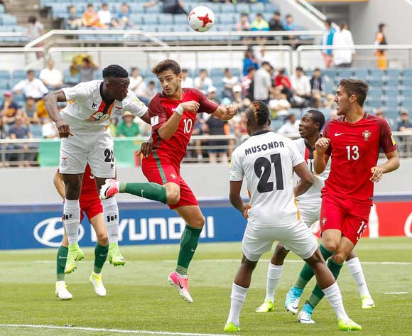 epa05978007 Xadas (C-L) and Jorge Fernandes (R), both of Portugal in action against Patson Dakaza (L) and Boyd Musonda (2-R), both of Zambia, during the group stage match of the FIFA U-20 World Cup 2017 between Zambia and Portugal at the Jeju World Cup Stadium near Seogwipo, Jeju Island, South Korea, 21 May 2017.  EPA/WALLACE WOON