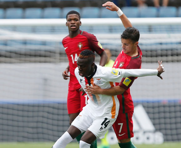 epa05978009 Edward Chilufya (L) of Zambia in action against Diogo Goncalves (R) of Portugal during the group stage match of the FIFA U-20 World Cup 2017 between Zambia and Portugal at the Jeju World Cup Stadium near Seogwipo, Jeju Island, South Korea, 21 May 2017.  EPA/WALLACE WOON