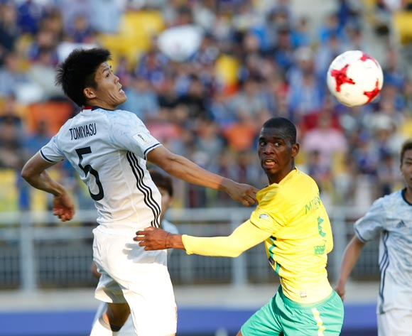 epa05978375 Takehiro Tomiyasu (L ) of Japan vies for the ball with Sandile Mthethwa   ( R ) of South Africa during the group stage match of the FIFA U-20 World Cup 2017 between South Africa and Japan in Suwon, South Korea, 21 May 2017.  EPA/KIM HEE-CHUL