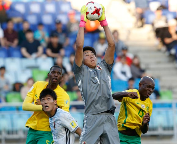 epa05978377 Ryosuke Kojima of Japan Goalkeeper makes a save  during the group stage match of the FIFA U-20 World Cup 2017 between South Africa and Japan in Suwon, South Korea, 21 May 2017.  EPA/KIM HEE-CHUL