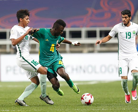 epa05981546 Souleymane Aw (C) of Senegal vies for the ball with Abdulrahman Aldosari (L) of Saudi Arabia during the group stage match of the FIFA U-20 World Cup 2017 between Saudi Arabia and Senegal in Incheon, South Korea, 22 May 2017.  EPA/JEON HEON-KYUN