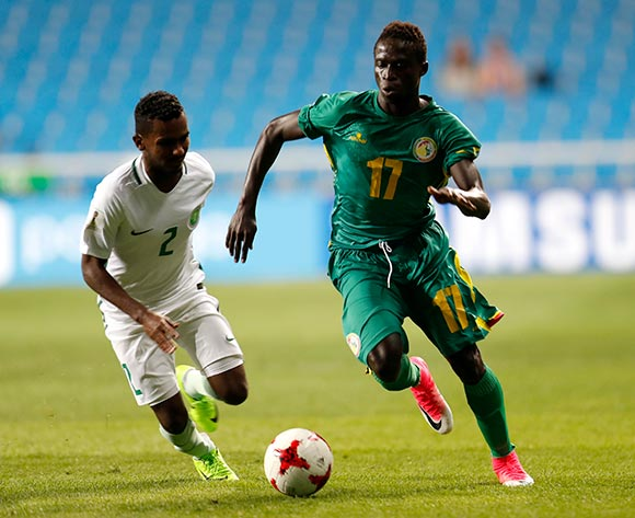 epa05981547 Krepin Diatta (R) of Senegal vies for the ball with Anas Zabbani (L) of Saudi Arabia during the group stage match of the FIFA U-20 World Cup 2017 between Saudi Arabia and Senegal in Incheon, South Korea, 22 May 2017.  EPA/JEON HEON-KYUN