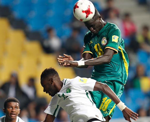 epa05981550 Ayman Alkhulaif (R) of Senegal vies for the ball with Hassan Altambakti (L) of Saudi Arabia during the group stage match of the FIFA U-20 World Cup 2017 between Saudi Arabia and Senegal in Incheon, South Korea, 22 May 2017.  EPA/JEON HEON-KYUN