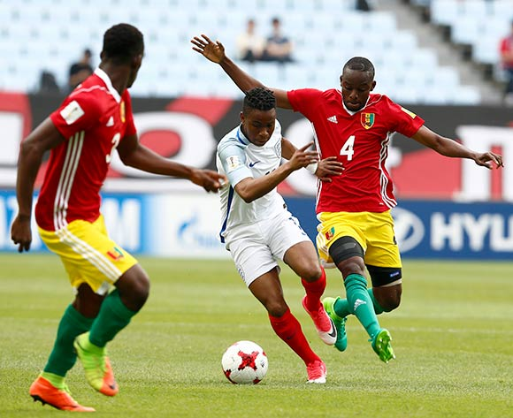 epa05983155 Ademola Lookman (C) of England vies for the ball with Mamadouba Diaby (L) and Oumar Toure of Guinea (R) during the group stage match of the FIFA U-20 World Cup 2017 between England and Guinea in Jeonju, South Korea, 23 May 2017.  EPA/KIM HEE-CHUL