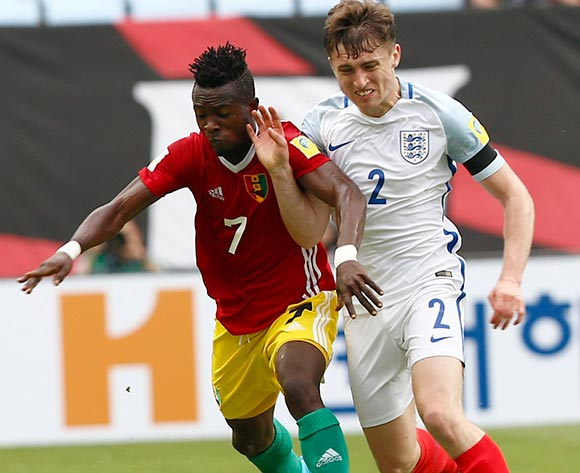 epa05983182 Daouda Camara (L) of Guinea vies for the ball with Jonjoe Kenny (R) of England during the group stage match of the FIFA U-20 World Cup 2017 between England and Guinea in Jeonju, South Korea, 23 May 2017.  EPA/KIM HEE-CHUL