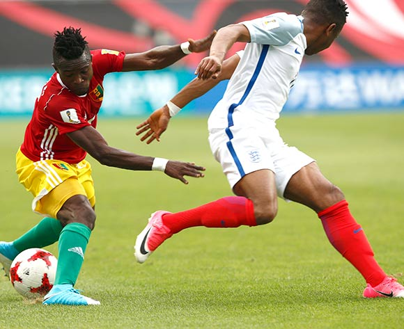 epa05983184 Daouda Camara (L) of Guinea vies for the ball with Ademola Lookman (R) of England during the group stage match of the FIFA U-20 World Cup 2017 between England and Guinea in Jeonju, South Korea, 23 May 2017.  EPA/KIM HEE-CHUL