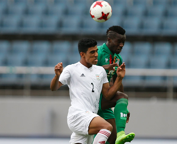 epa05985549 Ali Shahsavari (L) of Iran heads the ball while in action against Fashion Sakala (R) of Zambia during the group stage match of the FIFA U-20 World Cup 2017 between Zambia and Iran at the Jeju World Cup Stadium in Jeju Island, South Korea, 24 May 2017.  EPA/WALLACE WOON