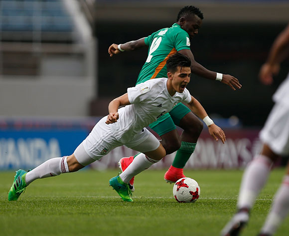 epa05985550 Mohammad Soltanimehr (L) of Iran is tackled by Emmanuel Banda (C) of Zambia during the group stage match of the FIFA U-20 World Cup 2017 between Zambia and Iran at the Jeju World Cup Stadium in Jeju Island, South Korea, 24 May 2017.  EPA/WALLACE WOON