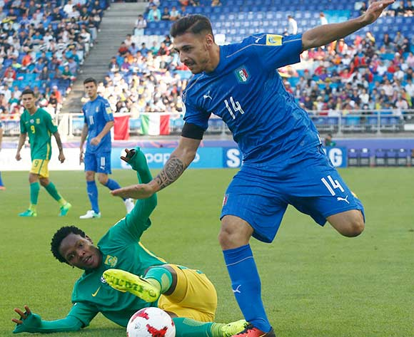 epa05985857 Giuseppe Pezzella (R) of Italy vies for the ball with Sandile Mthethwa (L) of South Africa during the group stage match of the FIFA U-20 World Cup 2017 between South Africa and Italy in Suwon, South Korea, 24 May 2017.  EPA/KIM HEE-CHUL