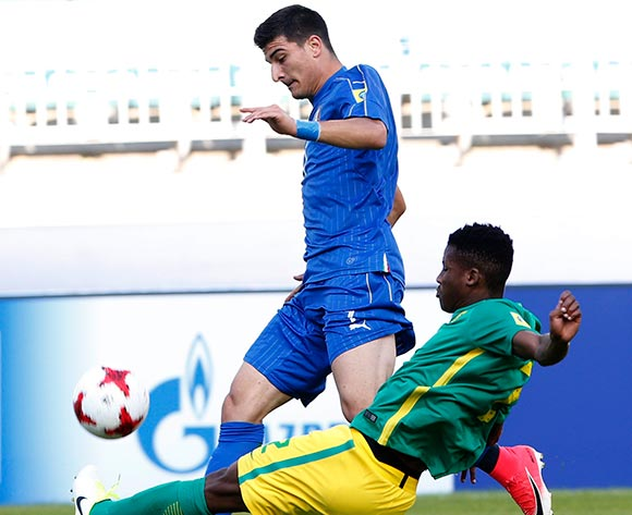 epa05985870 Riccardo Orsolini (L) of Italy vies for the ball with Malebogo Modise (R) of South Africa during the group stage match of the FIFA U-20 World Cup 2017 between South Africa and Italy in Suwon, South Korea, 24 May 2017.  EPA/KIM HEE-CHUL