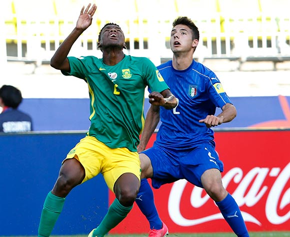 epa05985871 Giuseppe Scalera (R) of Italy vies for the ball with Malebogo Modise (L) of South Africa during the group stage match of the FIFA U-20 World Cup 2017 between South Africa and Italy in Suwon, South Korea, 24 May 2017.  EPA/KIM HEE-CHUL