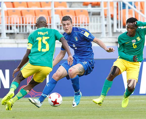 epa05985882 Andrea Favilli (C) of Italy vies for the ball with  Repo Malepe (L) of South Africa and Wiseman Meyiwa (R) during the group stage match of the FIFA U-20 World Cup 2017 between South Africa and Italy in Suwon, South Korea, 24 May 2017.  EPA/KIM HEE-CHUL