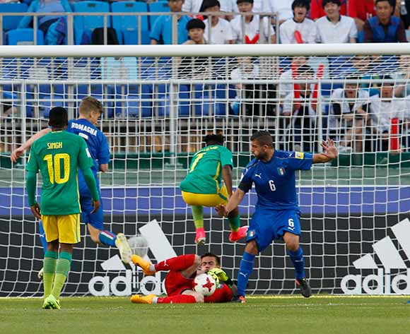 epa05985883 Goalkeeper Andrea Zaccagno (C, bottom) of Italy makes a save during the group stage match of the FIFA U-20 World Cup 2017 between South Africa and Italy in Suwon, South Korea, 24 May 2017.  EPA/KIM HEE-CHUL