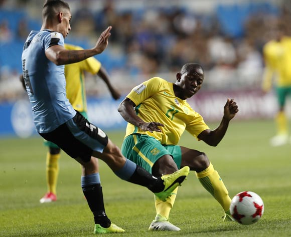 epa05993085 Jose Luis Rodriguez (L) of Uruguay vies for the ball with Thabo Cele (R) of South Africa during the group stage match of the FIFA U-20 World Cup 2017 between the Uruguay and South Africa in Incheon, South Korea, 27 May 2017.  EPA/JEON HEON-KYUN