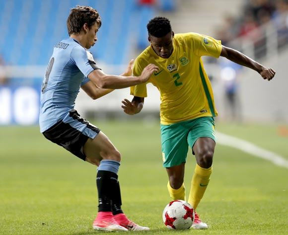 epa05993096 Malebago Modise (R) of South Africa vies for the ball with Agustin Canobbio (L) of Uruguay  during the group stage match of the FIFA U-20 World Cup 2017 between the Uruguay and South Africa in Incheon, South Korea, 27 May 2017.  EPA/JEON HEON-KYUN