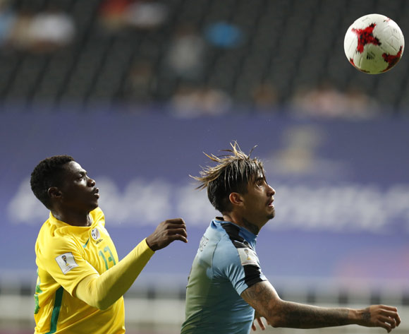 epa05993114 Joaguin Ardaiz (R) of Uruguay, vies for the ball with Thendo Mukumela (L) of South Africa during the group stage match of the FIFA U-20 World Cup 2017 between the Uruguay and South Africa in Incheon, South Korea, 27 May 2017.  EPA/JEON HEON-KYUN