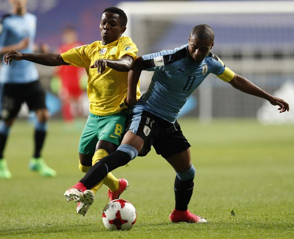 epa05993115 Nicolas Dela Cruz (R) of Uruguay, vies for the ball with Sibongakonke Mbatha (L) of South Africa during the group stage match of the FIFA U-20 World Cup 2017 between the Uruguay and South Africa in Incheon, South Korea, 27 May 2017.  EPA/JEON HEON-KYUN
