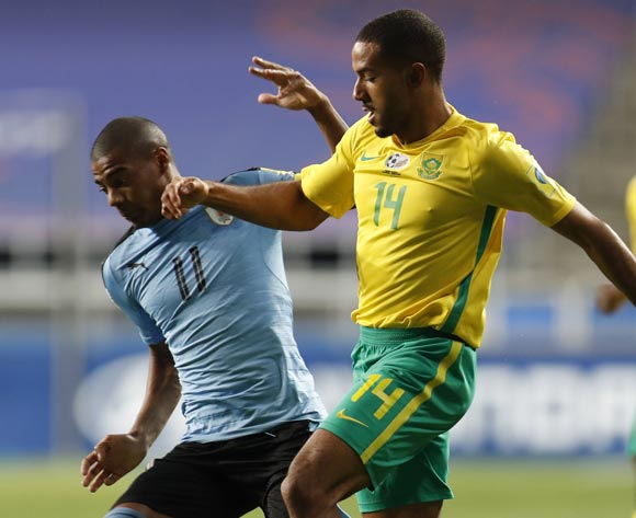 epa05993116 Nicolas Dela Cruz (L) of Uruguay, vies for the ball with Reeve Frosler (R) of South Africa during the group stage match of the FIFA U-20 World Cup 2017 between the Uruguay and South Africa in Incheon, South Korea, 27 May 2017.  EPA/JEON HEON-KYUN