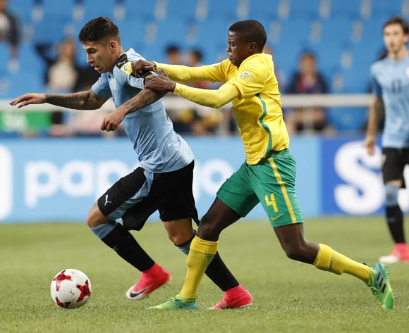 epa05993117 Mathias Olivera (L) of Uruguay, vies for the ball with Teboho Mokoena (R) of South Africa during the group stage match of the FIFA U-20 World Cup 2017 between the Uruguay and South Africa in Incheon, South Korea, 27 May 2017.  EPA/JEON HEON-KYUN