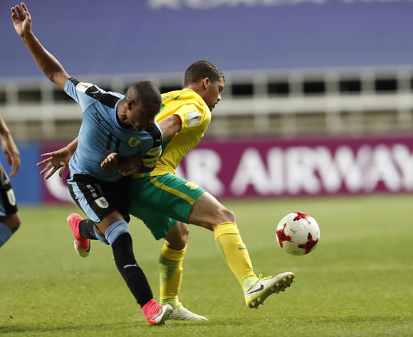 epa05993118 Grant Margeman (R) of South Africa vies for the ball with  Nicolas Dela Cruz (L) of Uruguay, during the group stage match of the FIFA U-20 World Cup 2017 between the Uruguay and South Africa in Incheon, South Korea, 27 May 2017.  EPA/JEON HEON-KYUN