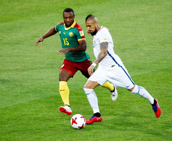 epa06035837 Sebastien Siani (L) of Cameroon in action against Arturo Vidal of Chile during the FIFA Confederations Cup 2017 group B soccer match between Cameroon and Chile at the Spartak Stadium in Moscow, Russia, 18 June 2017.  EPA/SERGEI CHIRIKOV