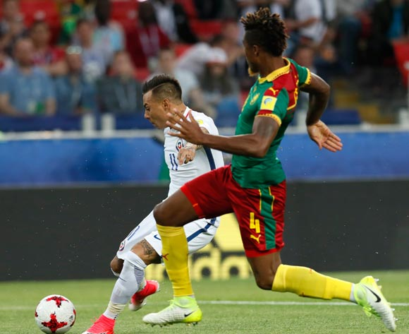 epa06035839 Adolphe Teikeu (R) of Cameroon and Eduardo Vargas of Chile in action during the FIFA Confederations Cup 2017 group B soccer match between Cameroon and Chile at the Spartak Stadium in Moscow, Russia, 18 June 2017.  EPA/YURI KOCHETKOV
