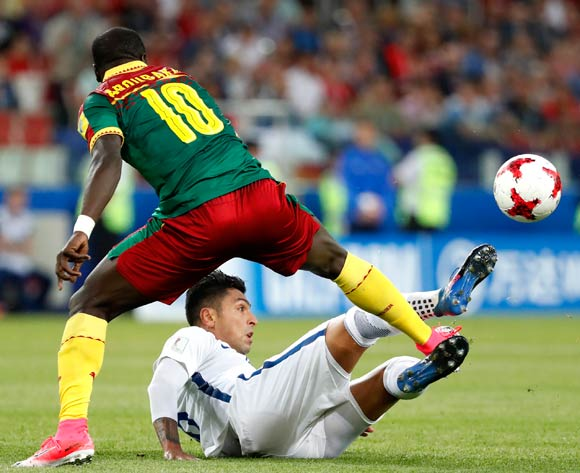 Vincent Aboubakar (L) of Cameroon and Eduardo Vargas of Chile in action during the FIFA Confederations Cup 2017 group B soccer match between Cameroon and Chile at the Spartak Stadium in Moscow, Russia, 18 June 2017.  EPA/SERGEI ILNITSKY