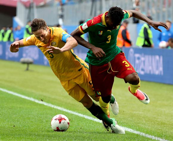 epa06043625 Andre-Frank Zambo Anguissa of Cameroon (R) and Mark Milligan of Australia (L) in action during the FIFA Confederations Cup 2017 group B soccer match between Cameroon and Australia at the Saint Petersburg stadium in St.Petersburg, Russia, 22 June 2017.  EPA/SRDJAN SUKI