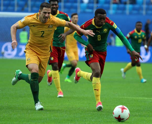 epa06043626 Benjamin Moukandjo of Cameroon (R) and Milos Degenek of Australia (L) in action during the FIFA Confederations Cup 2017 group B soccer match between Cameroon and Australia at the Saint Petersburg stadium in St.Petersburg, Russia, 22 June 2017.  EPA/SRDJAN SUKI  EPA/SRDJAN SUKI