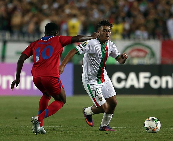 Mouloudia Club D'Alger player Zakaria Mansouri (R) fights for the ball with Mbabane Swallows player Wonder Mabandla Nhleko (R) during the 2017 CAF Confederations Cup game between Mouloudia Club D'Alger and Mbabane Swallows at Stade 5 Juillet 1962 in Algiers, Algeria on 20 June 2017 © BackpagePix