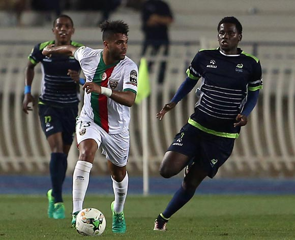 Mouloudia Club D'Alger player Hichem Chérif El-Ouazzani  (L) fights for the ball with Platinum Stars player  Benson Shilongo  (R) during the 2017 CAF Confederations Cup game between Mouloudia Club D'Alger and Platinum Stars at Stade 5 Juillet 1962 in Algiers, Algeria on 30 June 2017 © BackpagePix