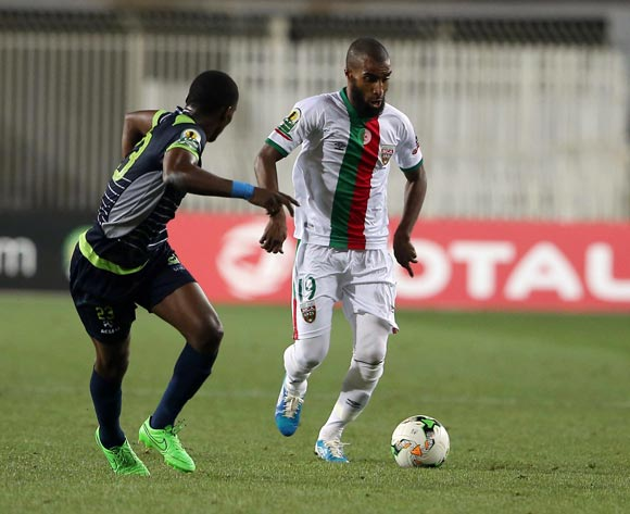 Mouloudia Club D'Alger player Hadj Bouguèche (R) fights for the ball with Platinum Stars player Siphiwe Mnguni (L) during the 2017 CAF Confederations Cup game between Mouloudia Club D'Alger and Platinum Stars at Stade 5 Juillet 1962 in Algiers, Algeria on 30 June 2017 © BackpagePix