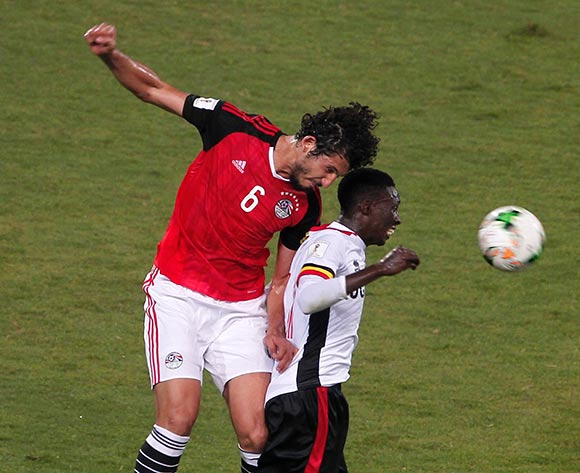 epa06186464 Ahmed Hegazi (L) of Egypt in action during the 2018 FIFA World Cup qualifying soccer match between Egypt and Uganda, in Alexandria, Egypt, 05 September 2017.  EPA/MOHAMED HOSSAM