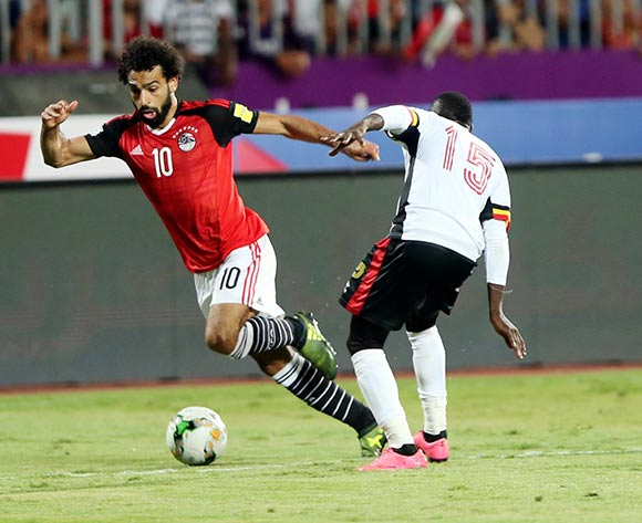 epa06186689 Egyptian player Mohamed Salah (L) in action against Uganda player Godfrey Walusimbi (R) during the FIFA World Cup 2018 qualifying soccer match between Egypt and Uganda at Borg Al Arab stadium in Alexandria, Egypt, 05 September 2017.  EPA/KHALED ELFIQI