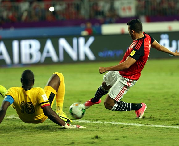epa06186690 Egyptian player Egyptian Mahmoud Hassan Treziguett  (R) in action against Uganda goal keeper Denis Onyango (L) during the FIFA World Cup 2018 qualifying soccer match between Egypt and Uganda at Borg Al Arab stadium in Alexandria, Egypt, 05 September 2017  EPA/KHALED ELFIQI