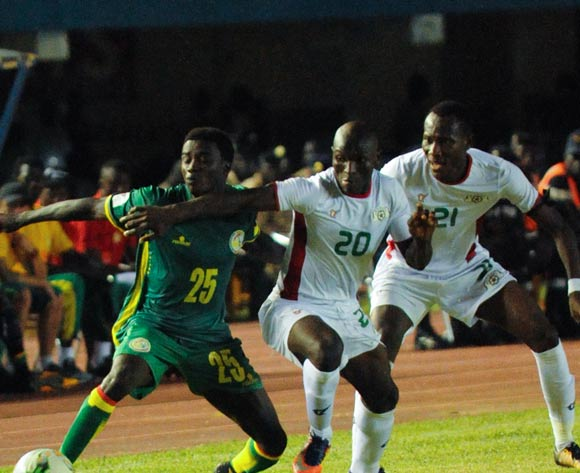 Wague Moussa l ( L ) vies for the ball with two  Burkina Faso players( R  ) during theiir match 2018 fifa World Cup Russia Qualifying Match Senegal vs Burkinafaso At Stadium Leopold Sedar Senghor  Dakar  , Senegal,  2 September