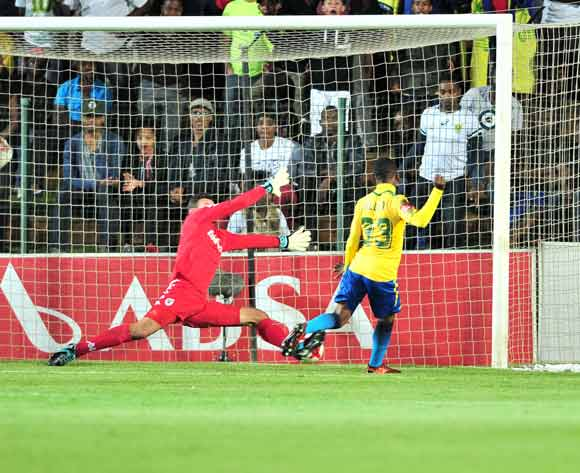 Khama Billiat of mamelodi Sundowns score a goal pass Darren Keet of Bidvest Wits during the Absa Premiership 2017/18 football match between Bidvest Wits and Mamelodi Sundowns at Bidvest Stadium, Johannesburg on 21 November 2017 ©Samuel Shivambu/BackpagePix
