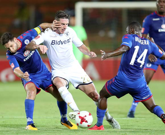 James Keene of Bidvest Wits challenged by Onismor Bhasera and Dean Furman of Supersport United during the Absa Premiership 2017/18 match between Bidvest Wits and Supersport United at Bidvest Stadium, Johannesburg South Africa on 10 January 2018 ©Muzi Ntombela/BackpagePix