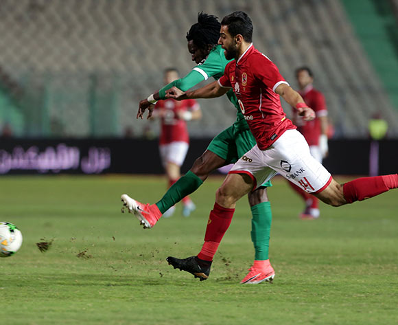 epa06585758 Al Ahly player Amr Elsolia (R) in action against CF Mounana  player Louis Ameka Autchanga (L) during the African Champions League (CAF) Round of 32 match between Al Ahlyvs CF Mounana  at international cairo Stadium in Cairo, Egypt, 06 March 2018.  EPA/KHALED ELFIQI