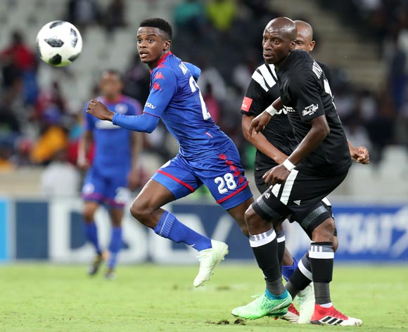 Teboho Mokoena of Supersport United challenged by Musa Nyatama of Orlando Pirates during the Absa Premiership 2017/18 match between Supersport United and Orlando Pirates at Mbombela Stadium, Johannesburg on 11 April 2018 ©Muzi Ntombela/BackpagePix
