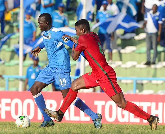 Ibrahim Mustapha of Enyimba challenged by Emile Kone of Djoliba   during the 2018 CAF Confederation Cup football match between Enyimba and Djoliba at the UJ Esuene Stadium, Calabar, Nigeria on 6 May 2018 ©Kabiru Abubakar/BackpagePix