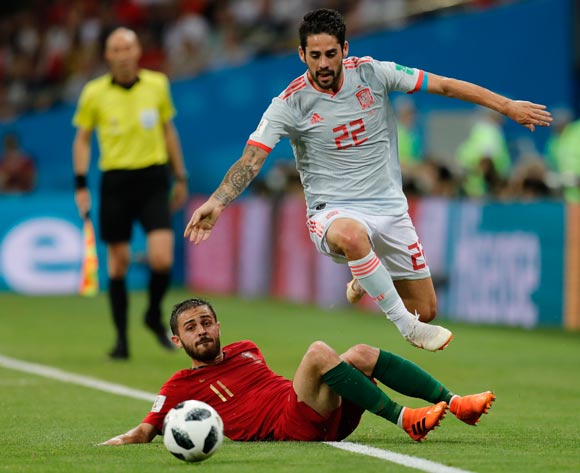 epa06811176 Bernardo Silva (L) of Portugal and Isco of Spain in action during the FIFA World Cup 2018 group B preliminary round soccer match between Portugal and Spain in Sochi, Russia, 15 June 2018.